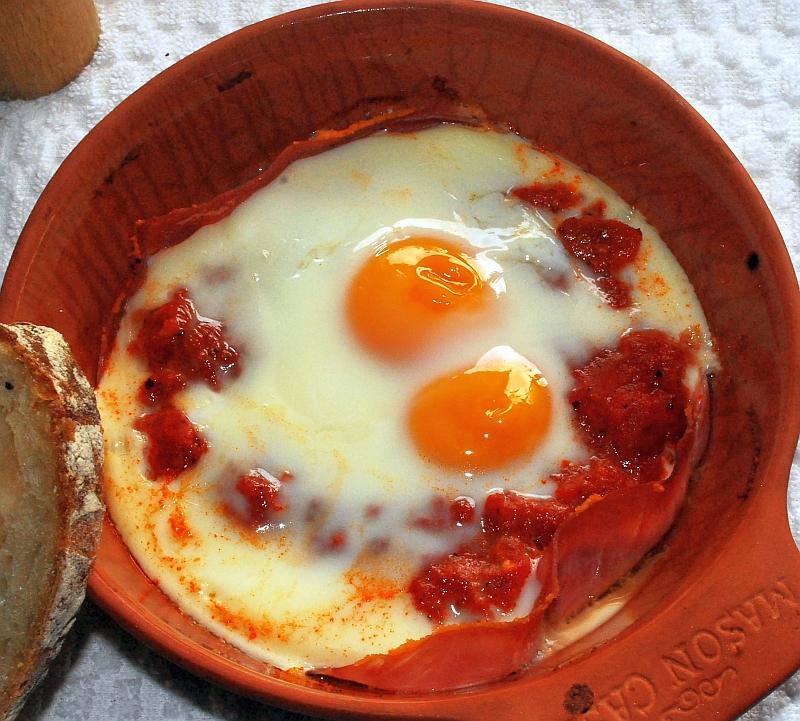 Zapiekane jajka z szynką