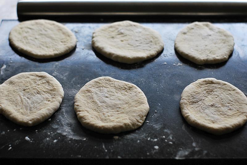 rozwałkowane ciasto na chleb